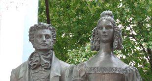 Фрагмент памятника А. и Н. Пушкиным на Арбате, Москва