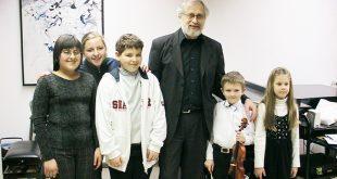Professor Willy Brainin-Passek mit Schülern